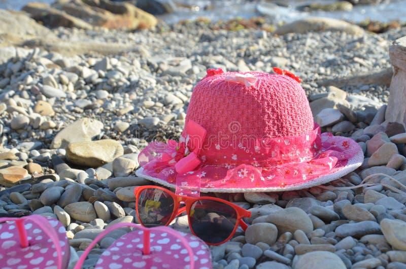 Artículos de playa para el terreno de vacaciones Vistas panorámicas, lugares para nadar y relajarse, tomar el sol en la playa imagenes de archivo
