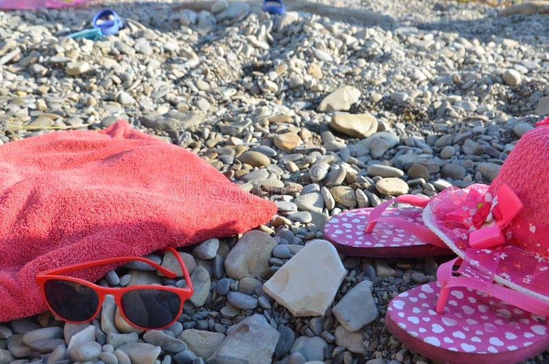 Artículos de playa para el terreno de vacaciones Vistas panorámicas, lugares para nadar y relajarse, tomar el sol en la playa imagen de archivo libre de regalías