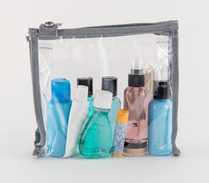 Artículos de tocador del viaje en bolso de plástico transparente fotografía de archivo libre de regalías