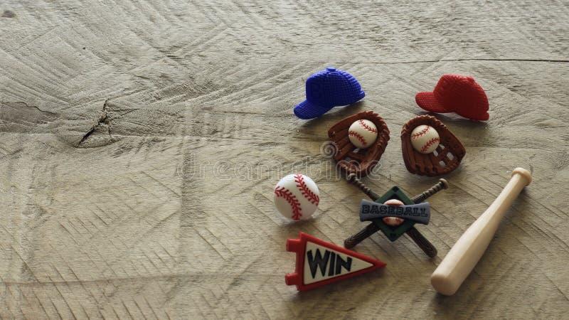 Artículos del béisbol en un fondo de madera imagenes de archivo