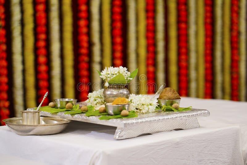Artículos del puja de Kalasha, el comenzar de los rituales hindúes de la boda foto de archivo