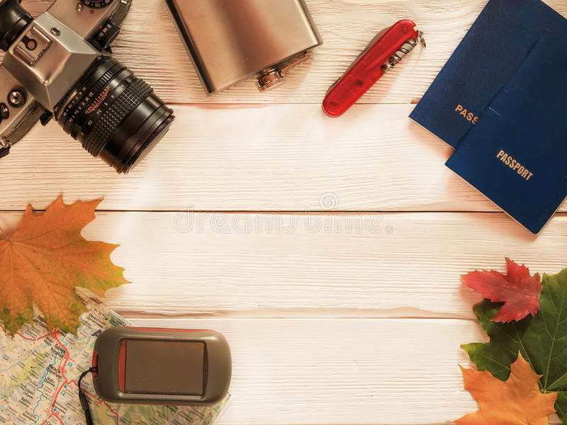 Artículos del viaje para el viaje con la cámara retra, mapa, pasaportes, GPS y imágenes de archivo libres de regalías