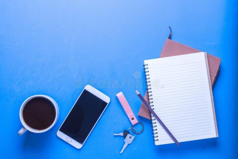 Artículos en el escritorio foto de archivo libre de regalías