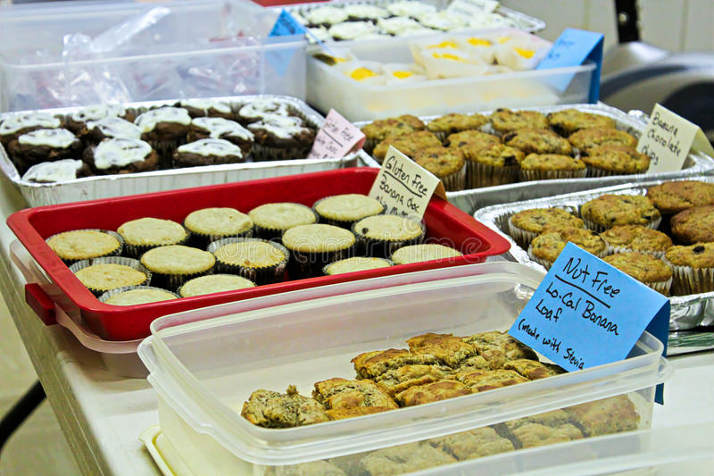 Artículos gratuitos del gluten y de la nuez en una venta del cocer fotos de archivo