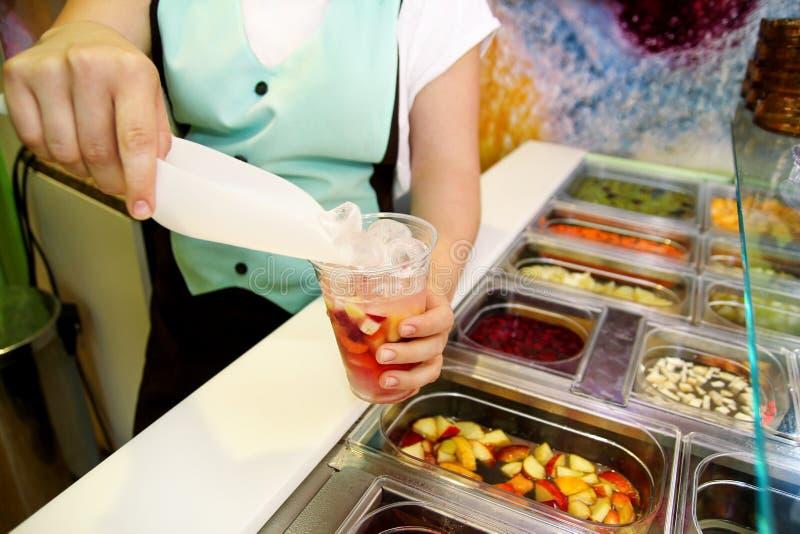 Artículos sanos del diverso bufete de ensaladas fresco de la fruta y verdura La mano está preparando las frutas para el smoothie  fotos de archivo libres de regalías