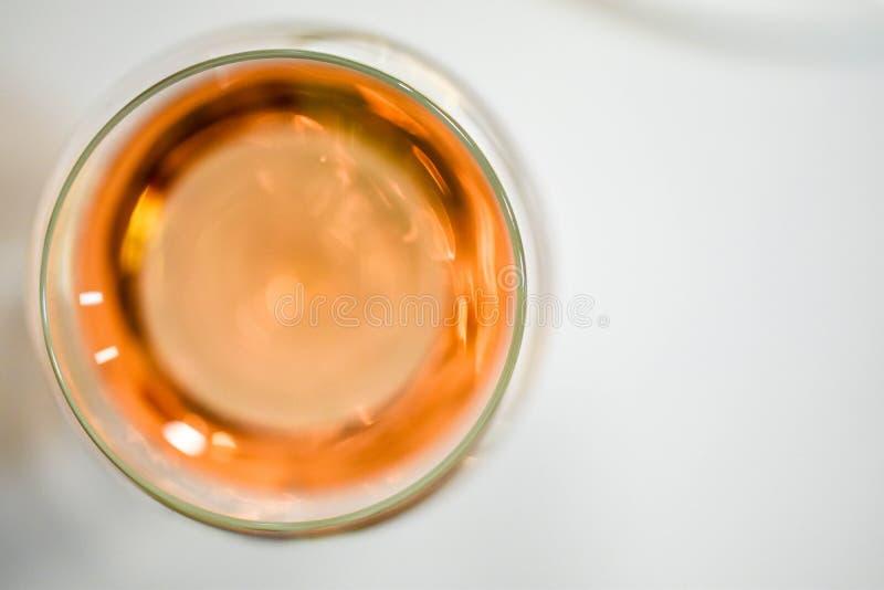 Art abstrait d'alcool : la vue supérieure d'un verre de vin, préparent pour un degu images libres de droits