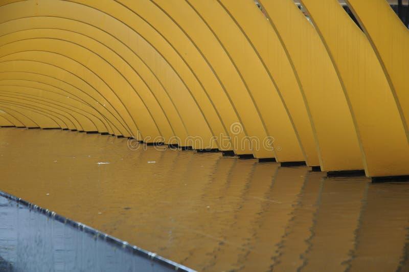 Art abstrait de voûte d'or sur l'eau photographie stock