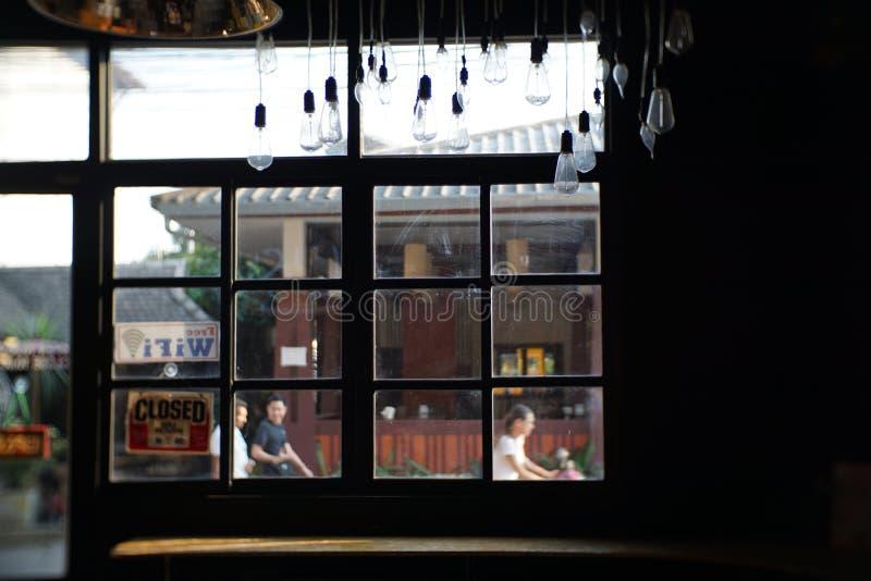 Art Beautiful Internal Shop View escuro com luz da noite janelas, porta imagens de stock