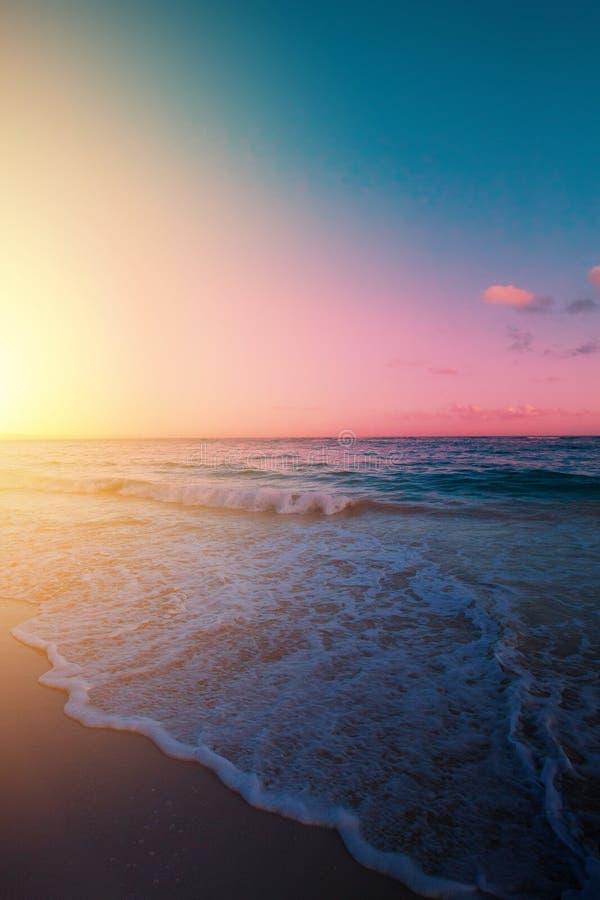 Art Beautiful soluppgång över den tropiska stranden; paradissommarsemester royaltyfria foton