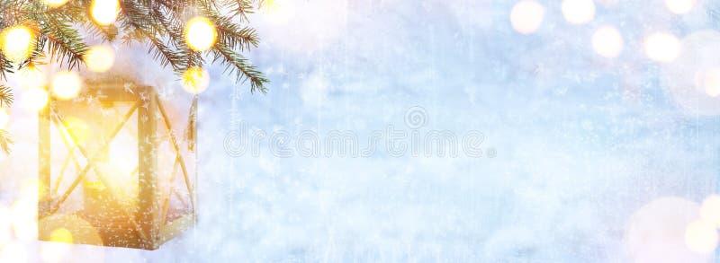 Art Blue Christmas; Luz del árbol de navidad y de los días de fiesta en vagos de la nieve fotos de archivo