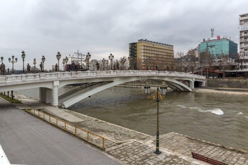 Art Bridge e fiume di Vardar in città di Skopje, Repubblica Macedone fotografia stock libera da diritti