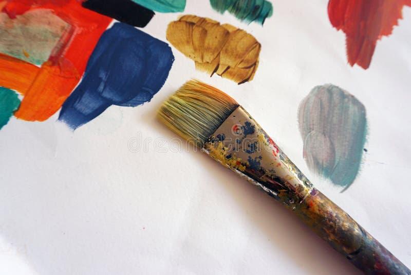 Art Brush med akrylmålarfärg arkivfoto