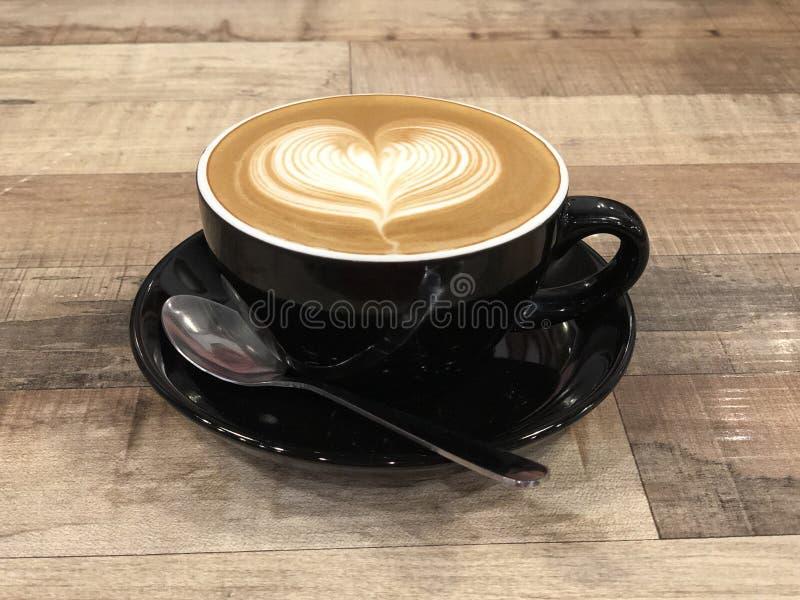 Art chaud de latte de cappuccino de café avec la conception de coeur photos libres de droits