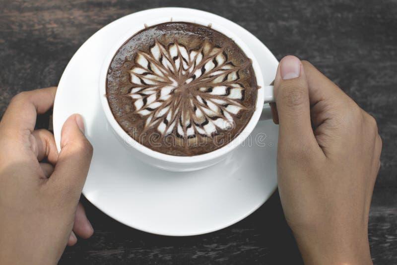 Art chaud de latte de thé vert sur la table en bois images libres de droits