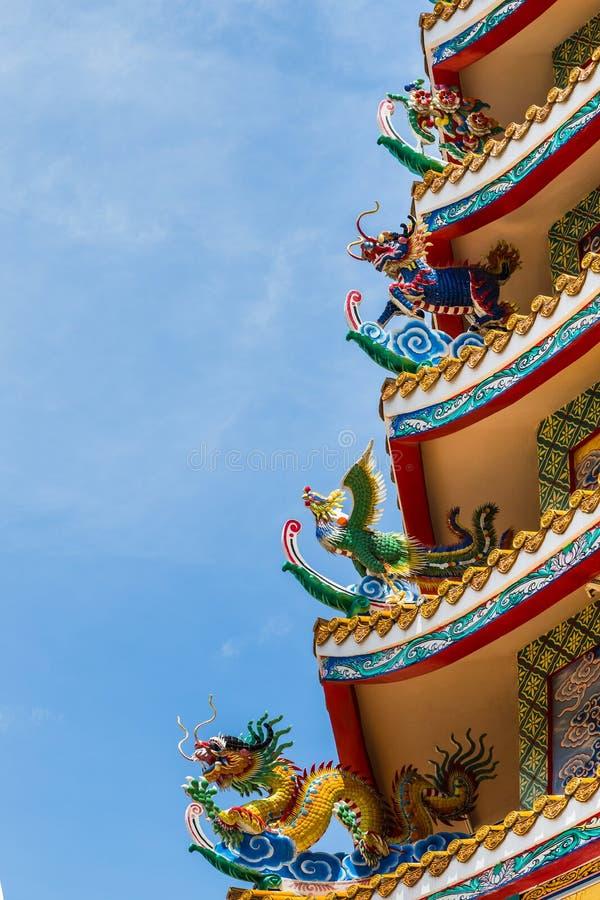 Art chinois de statues sur le toit chinois de temple photographie stock libre de droits