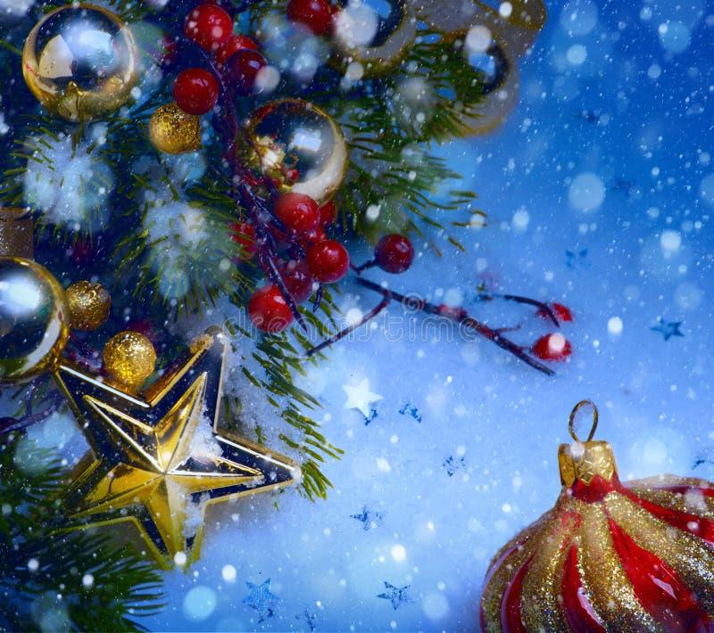 Art Christmas-achtergrond met een rood binnen ornament, bessen en spar stock foto's