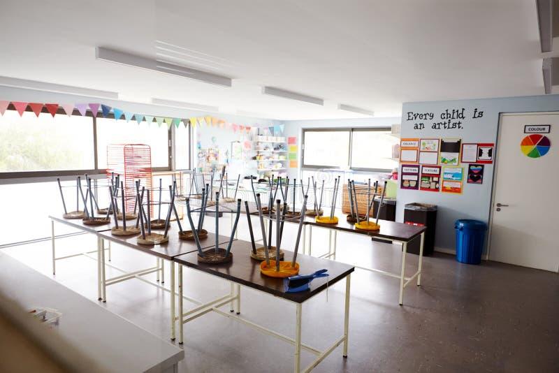 Art Classroom In Elementary School vacío con las sillas apiladas en las tablas fotos de archivo libres de regalías