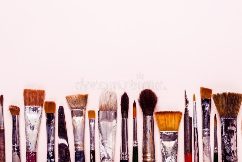 Art Creativity-achtergrond Rij van vuile oude borstels voor olie, waterverf, acryl royalty-vrije stock foto's