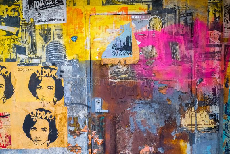 Art d'affiche sur un mur et une porte photographie stock libre de droits