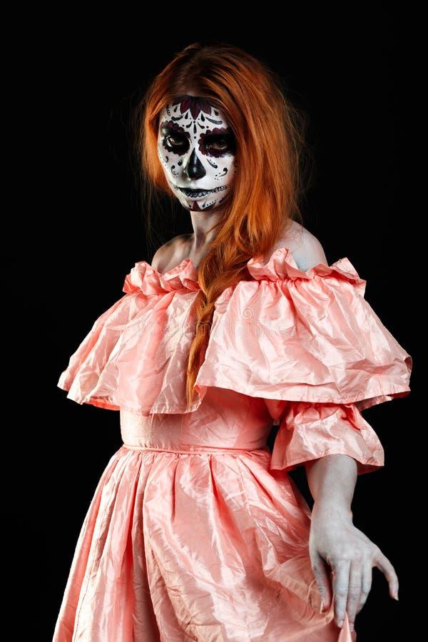 Art de corps mexicain Dieu de la mort Fille rousse dans la robe couleur pêche Monstre de femme Maquillage foncé créatif images stock