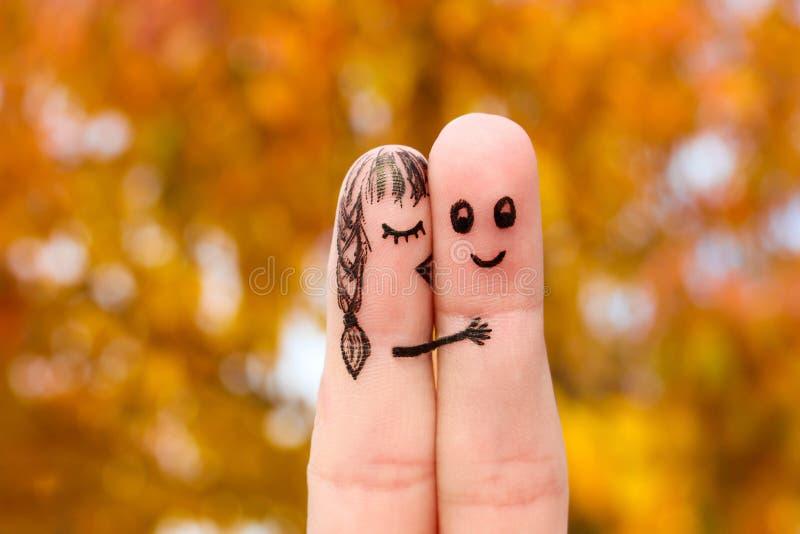 Art de doigt d'un couple heureux La fille embrasse le garçon sur la joue images stock