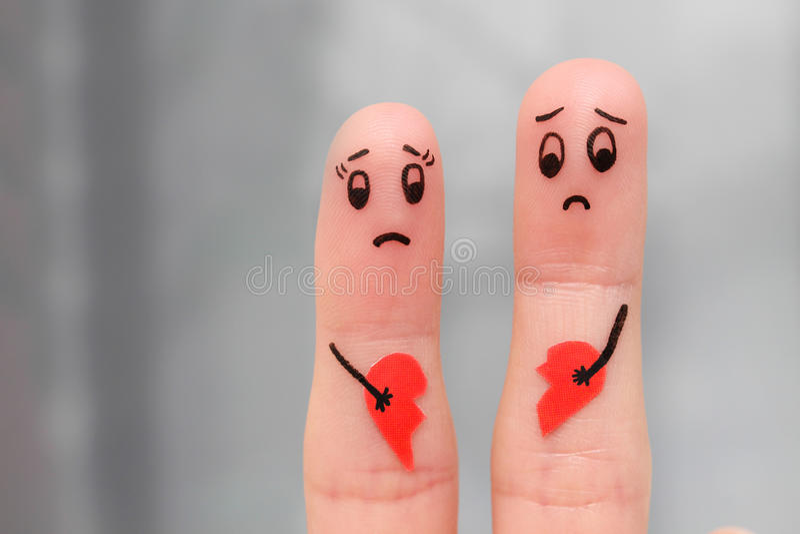 Art de doigt des couples tenant le coeur brisé images stock
