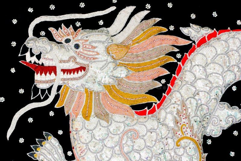 Art de dragon brodé par soie noire, Myanmar photo stock