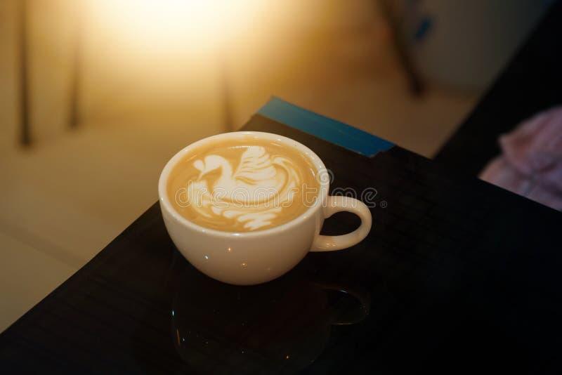 Art de Latte dans la forme de cygne images stock