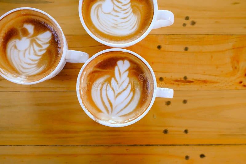 Art de latte de café sur l'arbre en bois de table images stock