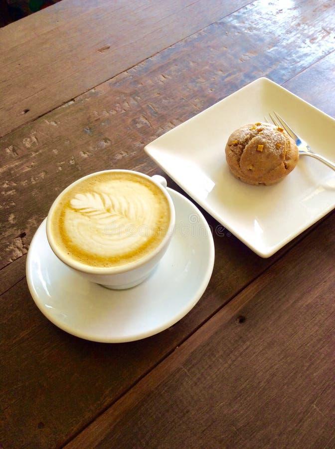 Art de latte de Coffe sur la table en bois photographie stock