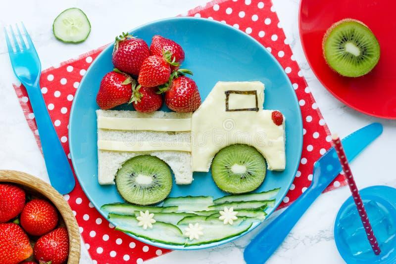 Art de nourriture pour des enfants - sandwich comestible à voiture avec le fruit et les baies photo libre de droits