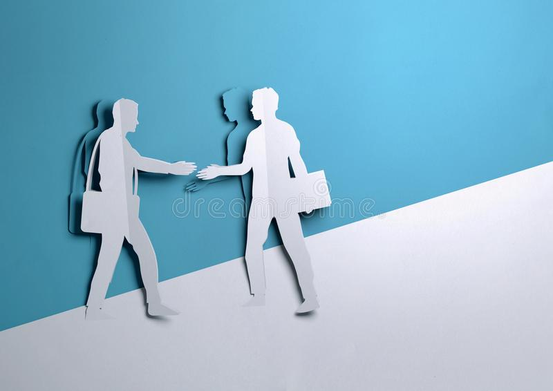 Art de papier - deux hommes d'affaires se serrant la main sur une affaire illustration libre de droits