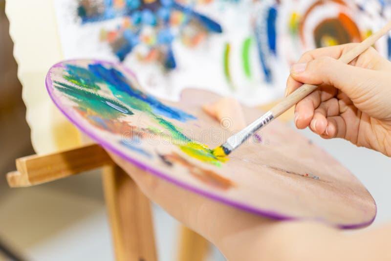 Art de peinture d'artiste, plan rapproché de foyer sur la palette photos libres de droits