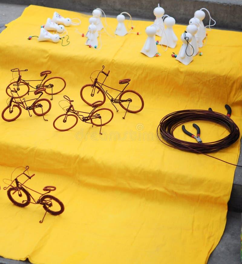 Art de rue : bicyclette faite avec le fil et les petits fantômes images libres de droits