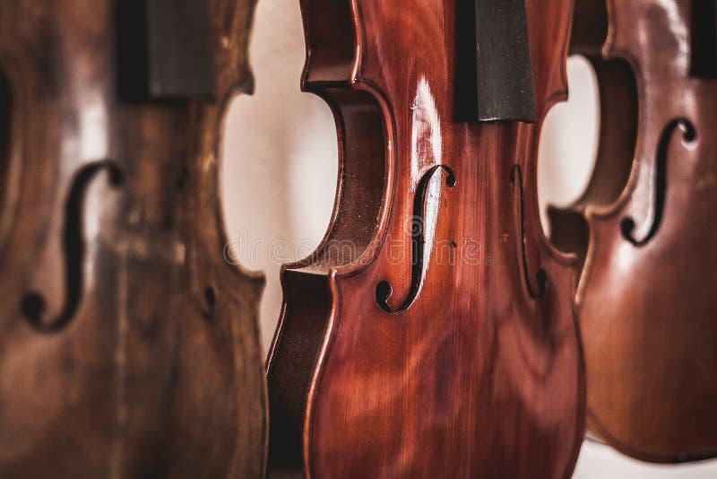 Art de travail du bois, intruments musicaux et violons faits de bois de chêne photographie stock libre de droits