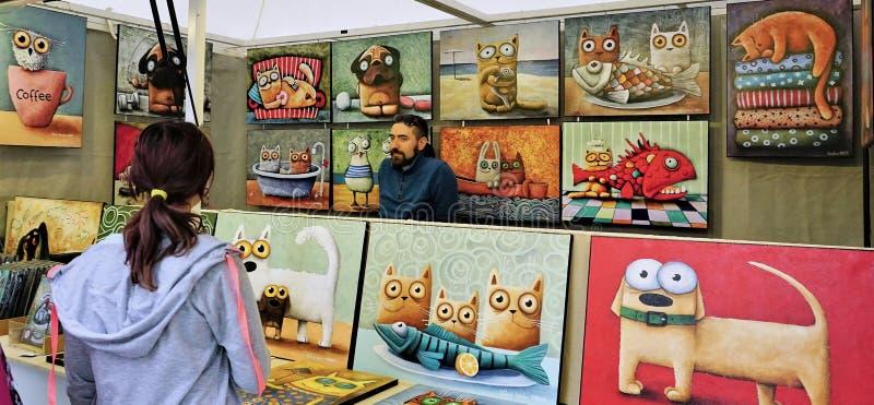 Art Dealer no quiosque do mercado em Bratislava, Eslováquia imagens de stock royalty free