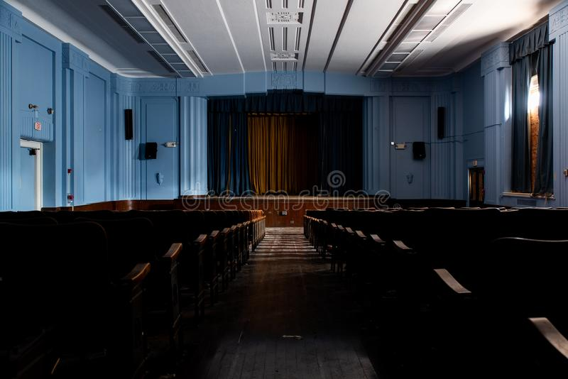 Art Deco abandonado/auditório moderno - Fulton Elementary School - Philadelphfia, Pensilvânia imagem de stock royalty free