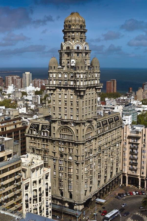 Art Deco byggnad i den MontevideoPalacio salvan royaltyfri foto