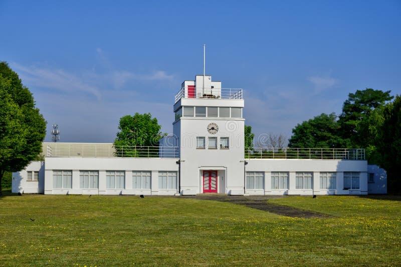 Art Deco Former Airfield Control-Toren in Surrey het Verenigd Koninkrijk royalty-vrije stock foto
