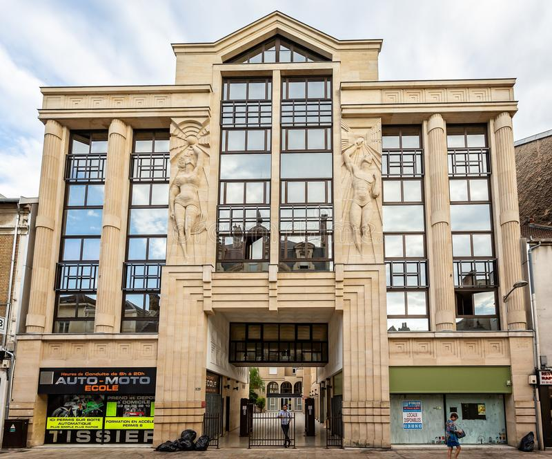 Art Deco Gebäude eingelassenes Reims stockbild