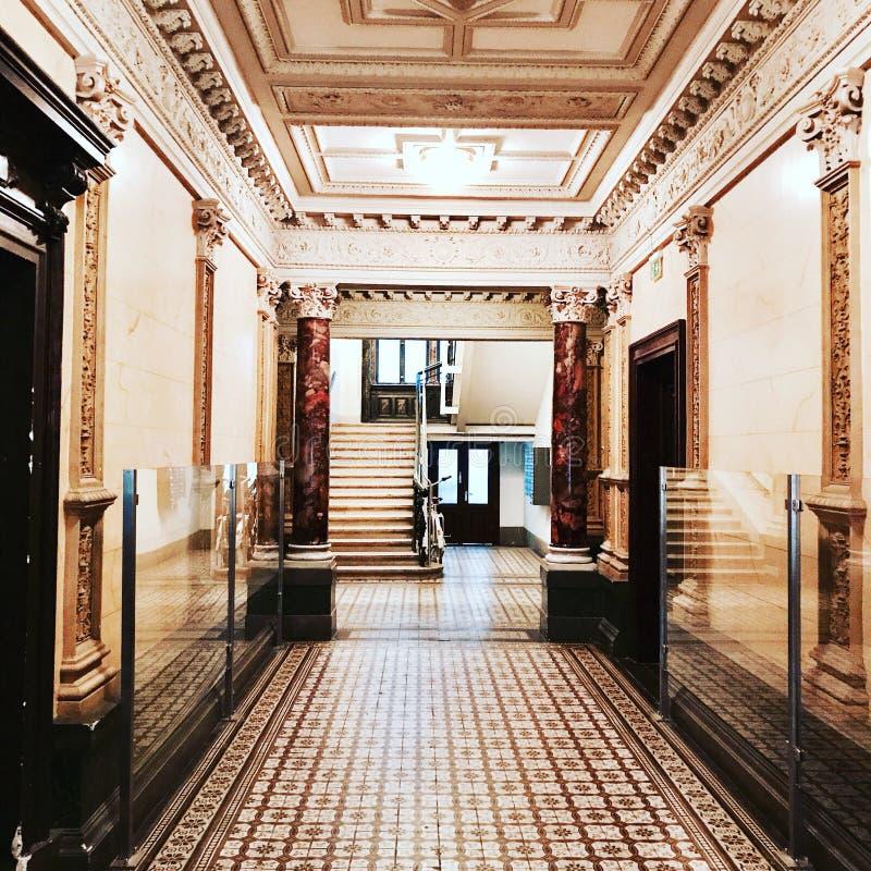 Art Deco lägenhetlobby arkivbilder