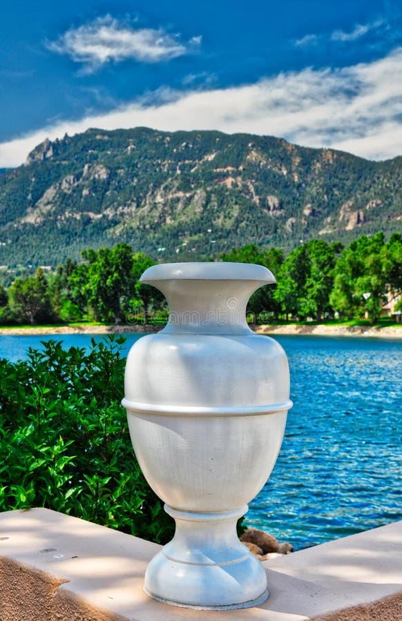 Art Deco Urn vor Cheyenne Mountain und Broadmoor See lizenzfreies stockfoto