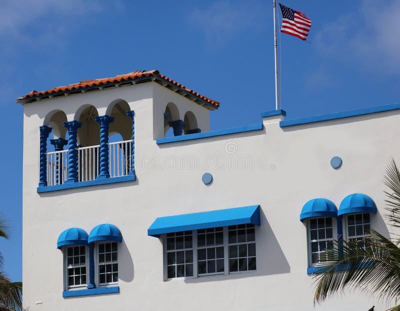 Art- Decofahren bunte weiße und blaue Fenster in den Straßen von Süd-Florida Häuser Miami Beach Ozean stockfoto