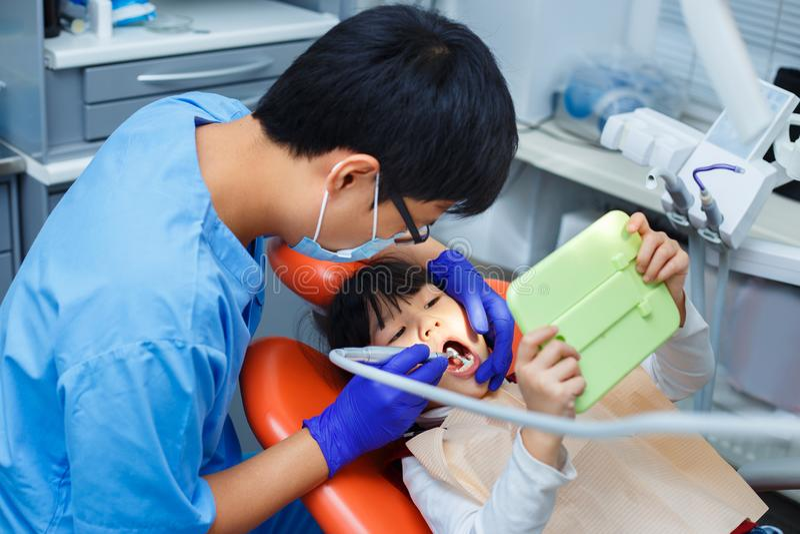 Art dentaire pédiatrique, art dentaire de prévention, concept d'hygiène buccale photo stock