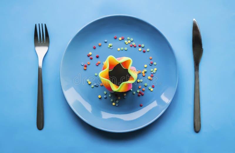 Art der bunten Nahrung auf blauer Platte stockfotos