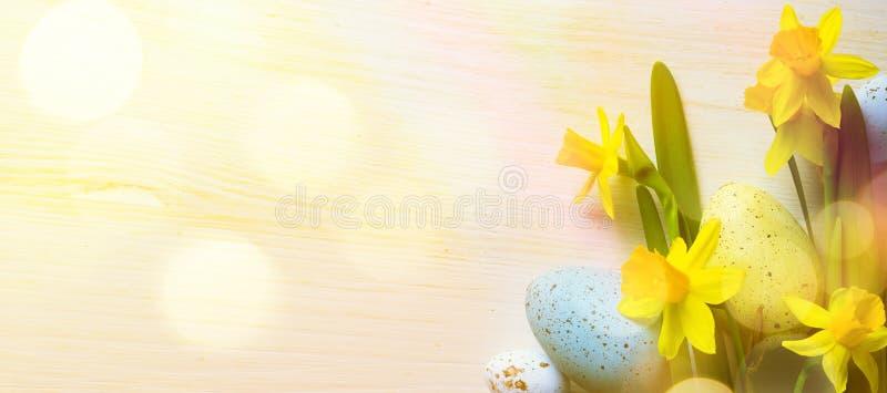 Art Easter Background met paaseieren en gele de lentebloemen royalty-vrije stock foto's