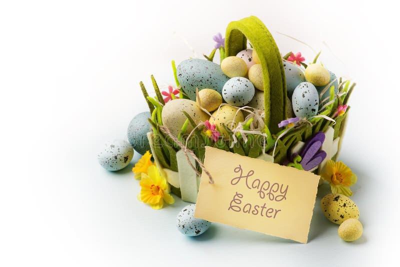 Art Easter eggs la cesta en fondo de madera imagenes de archivo