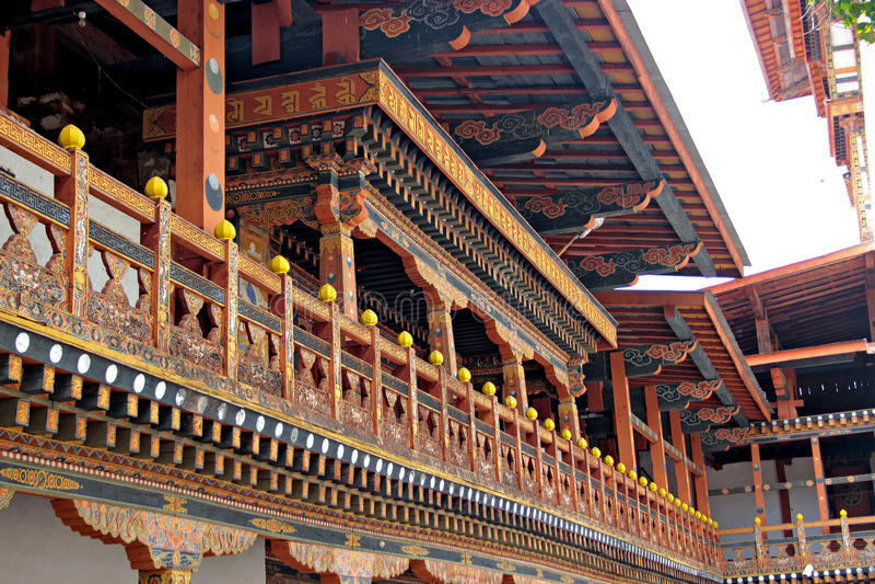 Art en bois d'un balcon dans le palais bhoutanais images stock