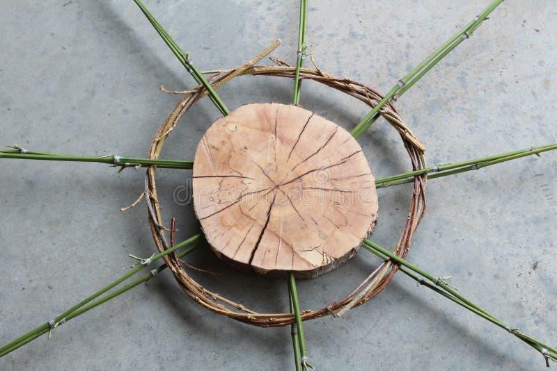 Art en bois de tranche avec le bambou et les vignes tordues image libre de droits