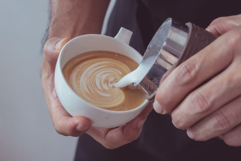 Art en forme de coeur de latte photographie stock libre de droits
